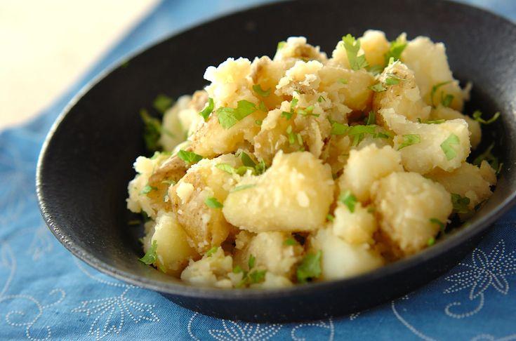 ジャガイモをまるごと蒸す事で、ホックリとした食感が味わえます。ニンニクをきかせるのがポイント。エスニックジャガバター/保田 美幸のレシピ。[エスニック料理/蒸しもの]2011.10.26公開のレシピです。
