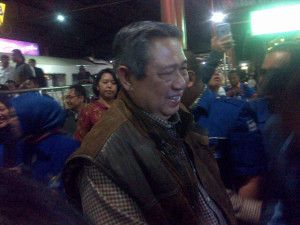 BERITA JOGJA - Di sela-sela kunjungan mantan Presiden Susilo Bambang Yudhoyono (SBY) ke Jogja, SBY menyempatkan diri untuk menikmati semangkuk soto ayam kampung di Rumah Makan (RM) Soto Miroso, Rabu (11/02). SBY yang ditemani oleh Ibu Ani Yudhoyono dan sejumlah petinggi Partai Demokrat ini tiba di RM. Soto Miroso sekitar pukul 10.20 WIB.