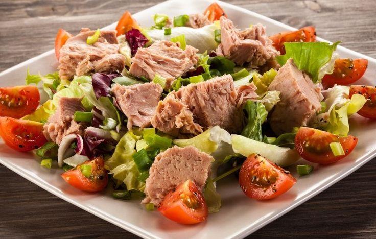 Салат с тунцом https://foodmag.me/salat-s-tuntsom  Время приготовления: 30 мин. Сложность приготовления: Очень просто Количество порций: 4 Количество ингредиентов: 8  Ингредиенты: 200 г консервированного тунца. 8 помидоров черри. 4 маринованных корнишона. 100 г салатного микса. 4 перепелиных яйца. 150 г майонеза. 1 ч.л. томатного соуса. 8 зеленых оливок без косточек.  Этапы приготовления: Отварить яйца, остудить. Очистить, разрезать на 2 части. Помидоры черри помыть, разрезать на 4 части…