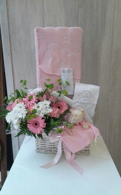 Canastillas bebè con flores frescas para mamà. En Las Canastillas de Juanita encontraràs una gran variedad de regalos originales para bebè.