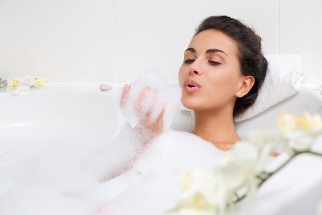 Czy wiesz, jak dobra dla Twojego ciała jest kąpiel z solą? Podpowiadamy jak zrobić domową sól do kąpieli, która świetnie sprawdzi się w chłodne wieczory  #sól #kąpiel #pielęgnacja #ciało #relaks #zróbtosam #body #salt #relax #bath #abcZdrowie