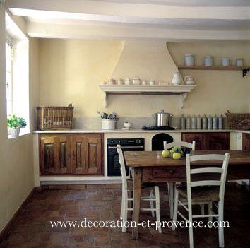 Décoration d'intérieur. Cuisine à l'ancienne dans une maison en Provence. Table en bois et chaises peintes et patinées. Vaisselle blanche chinée. Matières naturelles, couleurs naturelles, Nathalie Vingot Mei.