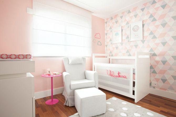 Projetado por Berta Gonçalez, o espaço trouxe itens delicados para compor a decoração moderna que a mãe sempre quis para a filha