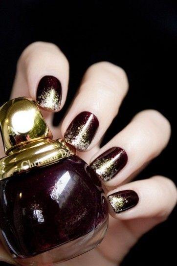 Unghie bordeaux con glitter oroIl colore dell'inverno 2014 è il bordeaux, ideale anche per le nail art di capodanno, abbinato a piccoli glitter oro.