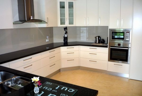Two pack behind the rangehood- glass splashback