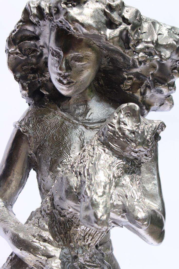 Ragazza con gatto particolare - scultura in alluminio - h 56 cm