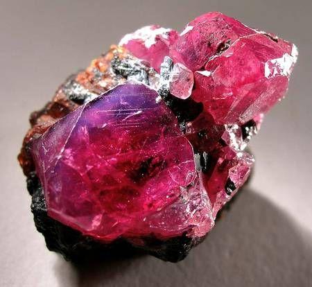 La belle couleur rouge du rubis est attribuée à la présence d'oxydes de chrome dans les minéraux. Avec une dureté de 9 sur l'échelle de Mohs, seuls le diamant, la lonsdaléite et la moissanite ont une dureté supérieure parmi les minéraux.