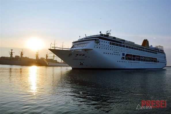 În această dimineată a acostat în dana de pasageri a portului Constanta nava de croaziere de lux Costa neoRiviera