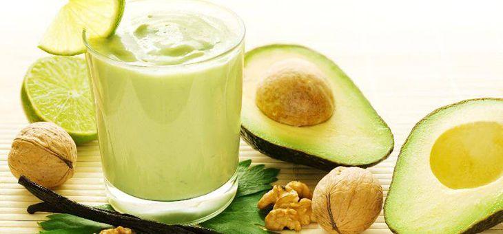 Estratto detox all'avocado, banana, lime e latte di mandorla
