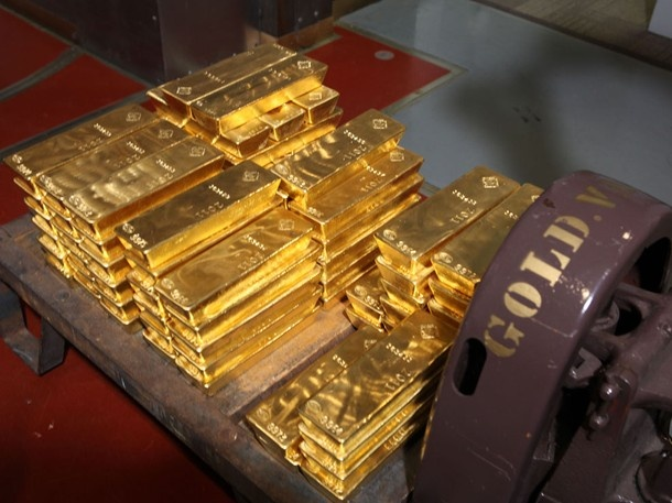 "From NatGeo TV ""America's Money Vault"" This shipment of gold (to the NY Fed), comprised of around 80 bars, weighs approximately 2,200 pounds."