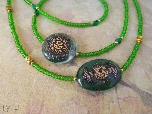 Маленькие летние радости 2  Простые и легкие украшения - стеклянные бусины, зелень и золото, графика и ничего лишнего. Травяные, лиственные, солнечные карамельки, мои маленькие летние радости  Ингредиенты: стеклянные бусины с золотым песком, поталь, роспись акрилом, финишный лак, стеклянные и металлические бусины, чешский бисер, ювелирный тросик, металлическая фурнитура. Размеры подвески примерно 2,5х1,5 см, общая длина 47+5 см [замочек - карабин] 600 за любую из вещиц; пересылка из Питера в…
