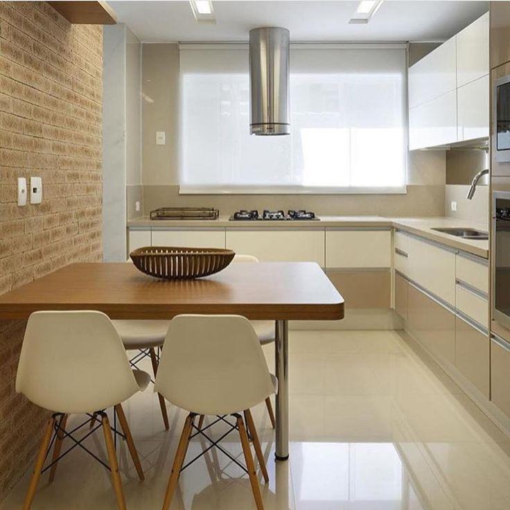 """""""Repararam nas cores utilizadas nos armários? O fendi e o branco deixaram a cozinha elegante e super clean. O tijolinho na parede trouxe aconchegado e…"""""""