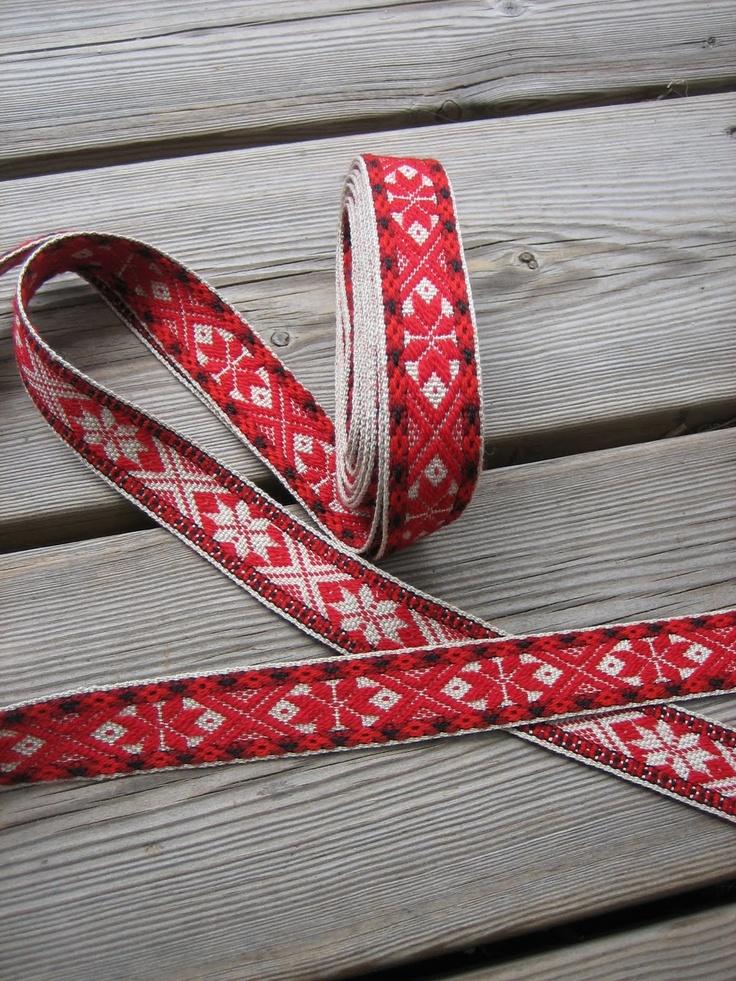 Woven rose pattern bunad belt.