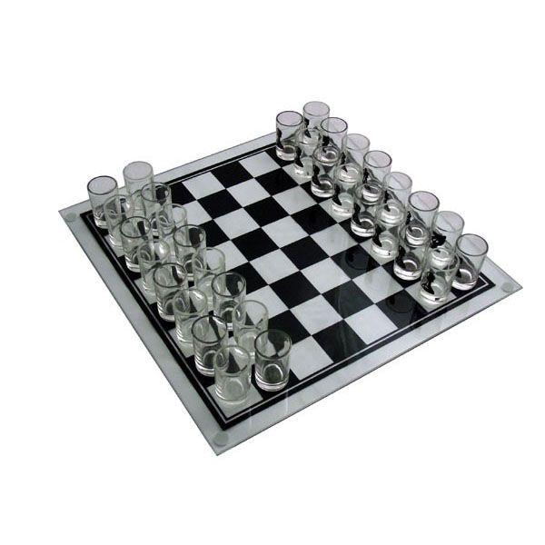 """Shottilasi Shakki tekee pelaamisesta varsin palkitsevaa, sillä jokaisen syödyn nappulan voi juoda! Peliin kuuluu lasinen shakkilauta ja 32-shottilasia, joissa nappulakuviot, eli tällä todellakin pelataan myös shakkia ja tämä peli vaatii """"nappuloiden"""" sisällöstä riippuen todellakin pelipäätä."""