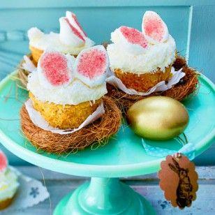 Hasen, Schäfchen, Schmetterlinge und Co.: Damit das Osterfest besonders bunt wird, verzieren wir süße Ostermuffins mit Marshmallows, Marzipan und Zuckerguss.