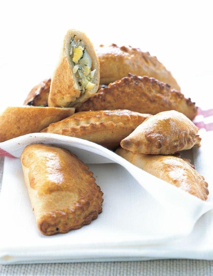 Det russiske ord pir betyder fest(mad), og pirogger er traditionelt traktement i Østeuropa. De små dejkonvolutter i denne opskrift er med fyld af kød eller fisk, grønsager eller ost. De spises til suppe eller som snack a la tapas.