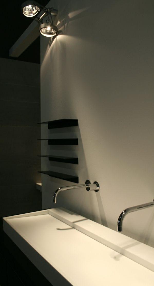 Salle de bain moderne avec robinet moderne