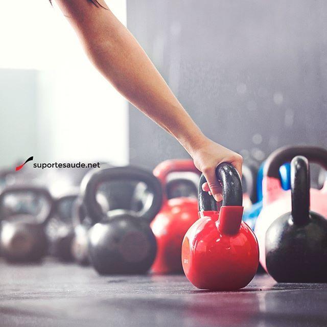 """Kettlebell emagrece e fortalece músculos em apenas 20 minutos de treino  Segundo Steve Cotter, fundador da International Kettlebell & Fitness Federation (IKKF), os exercícios com kettlebell podem ser praticados por todos: desde aqueles que são iniciantes até atletas que desejam melhorar o rendimento, mas claro, cada um na intensidade adequada.  O kettlebell é um ótimo exercício para quem está sem tempo. """"O trabalho pode gerar um bom ganho de condicionamento físico até mesmo se for feito por…"""