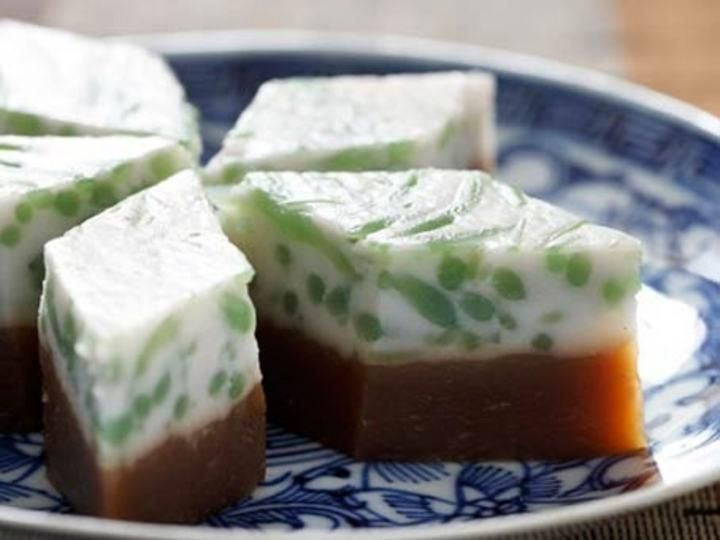 Aromatic palm sugar syrup is used to make the base of this kueh before spreading the chendol on the top layer.