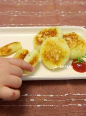 「洋風チーズじゃがいももち 手掴み食べにも◎」程よい硬さで赤ちゃんの手づかみ食べにぴったりです◎ チーズと黒コショウをきかせておつまみやお弁当にも合います♪【楽天レシピ】
