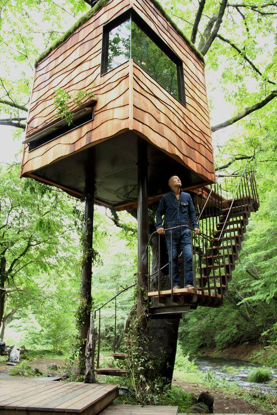 http://www.cosasdearquitectos.com/2013/04/casas-en-los-arboles-por-takashi-kobayashi/  Takashi Kobayashi es un diseñador, arquitecto autodidacta y carpintero que ha recuperado la tradición de las casas en los árboles para el paisaje de los bosques de Japón.