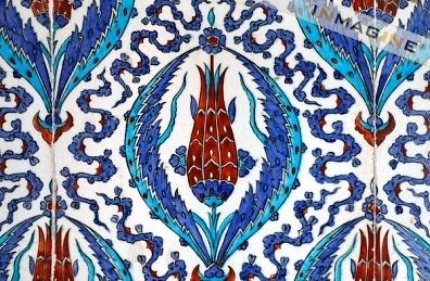 Decoratieve tegels met Iznik faiences. Tulp motief (Ruestem-Pasa moskee).