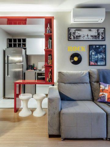 Projeto de interiores para pequeno apartamento com sala e cozinha integrados.