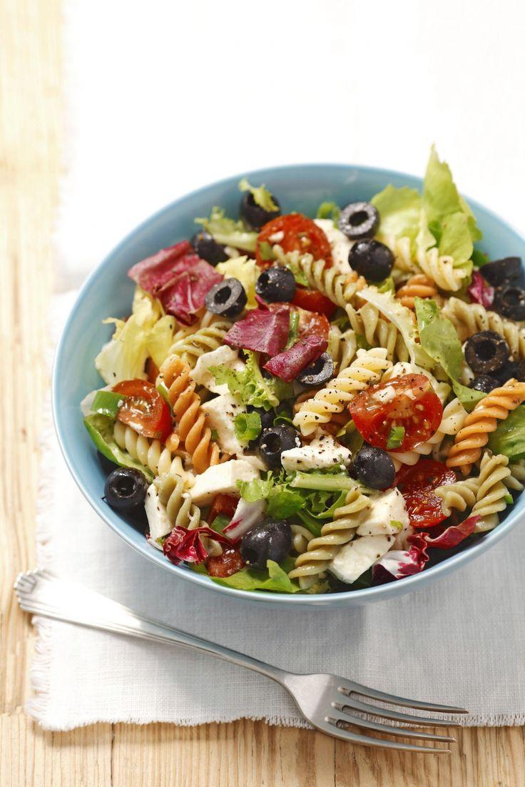 pastasalade olijven, mozzarella, kerstomaten