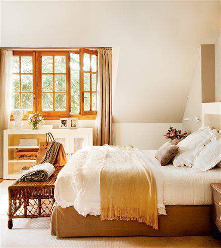 Dormitorio con techo inclinado y carpintería en madera                                                                                                                                                     Más