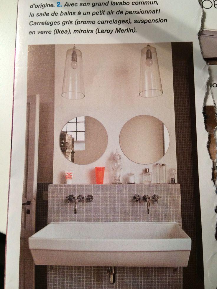 Miroirs ronds et lavabo de collectivité