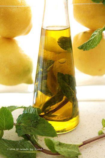レモンの皮の黄色い部分だけを薄くむいて入れてもさっぱり爽やかなオイルになります。ハーブとミックスするならミントがおすすめ。サラダのドレッシングにぴったりなオイルですね。