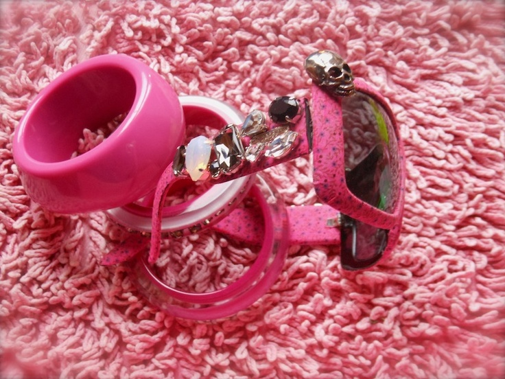occhiali da sole colorati e decorati, collane a catena in plastica colorata, bijoux fake, jewellry, ispirazione accessori colorati, estate, amanda marzolini fashion blogger, the fashionamy,