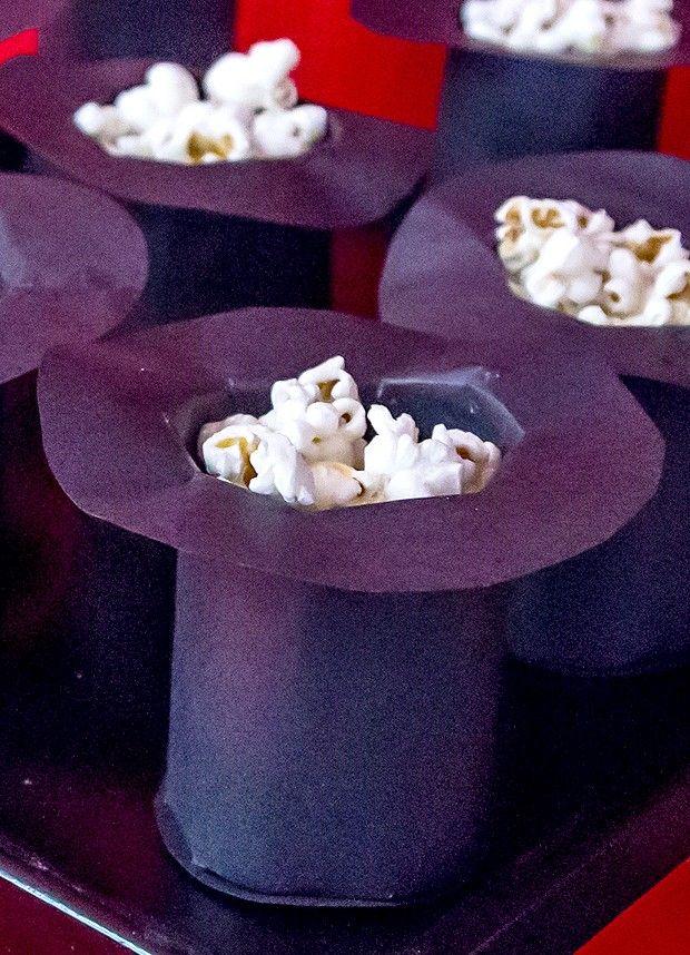 Pote de cartola para servir pipoca em festa infantil com temática de mágico. Veja como fazer!