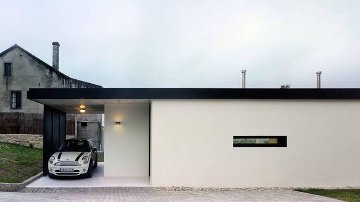 의아할 만큼 간단하고 심플한 디자인의 외관을 자랑하는 스페인의 한 주택이다. 주택의 구석구석 파티션과 같은…