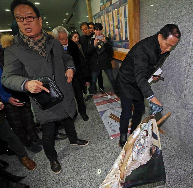 Un exmilitar surcoreano rompe el cuadro Dirty Sleep