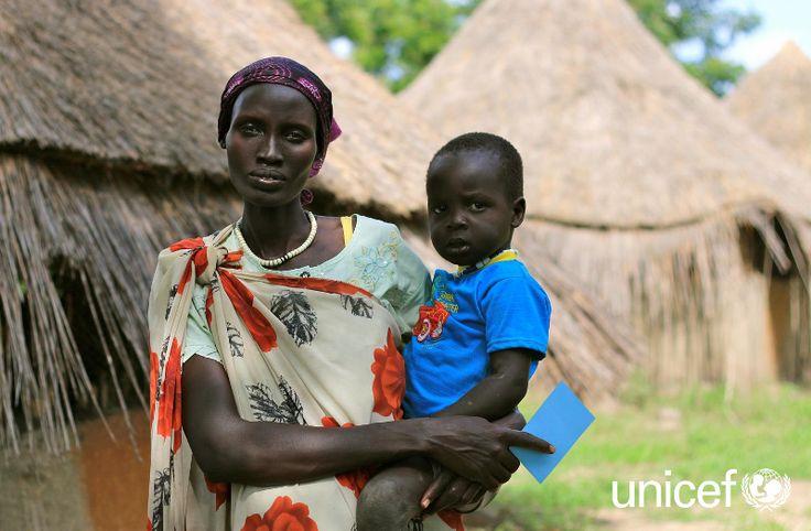"""POMOC DZIECKU: """"Dzieci są chore, zawsze chore. Odkąd zaczęła się wojna, szpitale są puste, nie ma wyposażenia, nie ma leków. Oznacza to, że nasze rodziny cierpią"""" mówi Nyalyauk Nyok, trzymając na rękach 3-letniego synka. Pomóż na www.unicef.pl/sudan."""