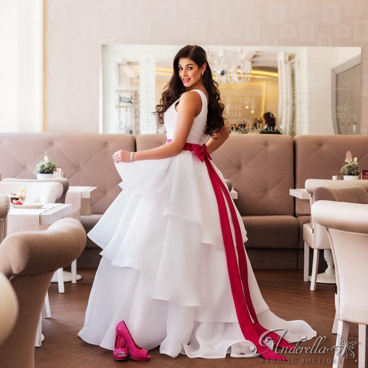 Hercegnős ruha pink kristályos övvel;  Menyasszonyi ruha Budapest, esküvői ruha Budapest, uszályos ruha, fehér menyasszonyi ruha
