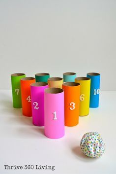 Dit spel is gemaakt van wc rolletjes en papier. je neemt 9 rolletjes en geven deze een kleur en een nummer van 1-9. Elke cijfer kan 1 keer gebruikt worden. je zet deze als een driehoek achter elkaar. Dan maak je van papier een balletje en plastificeerd dit. Zo kan het kind met het balletje tegen de kegels gooien.