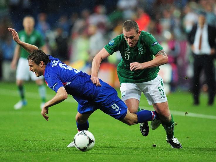 Nikica Jelavic and Richard Dunne battle for the ball.