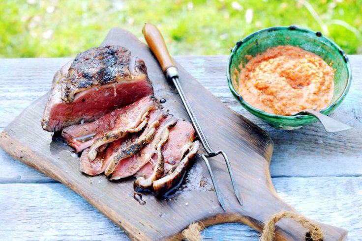 Kom alvast in de BBQ-kookworkshop stemming met dit heerlijke recept van gerookte entrecote met romesco. Romesco is een Spaanse saus gemaakt van gegrilde paprika's - Recept - Allerhande