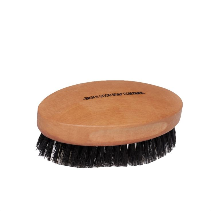 Szczotka do brody Damn Good Soap - to największa dostępna szczota do brody na rynku, poradzi sobie z każdym brodziszem!  Niezbędna dla każdego brodacza, pozwala utrzymać brodę w ryzach, masuje skórę i sprawia że twoje włosy są miękkie i eleganckie. Szczotka do brody Damn Good Soap wykonana jest ręcznie z drewna gruszy i włosia dzika. Jej rozmiar jest dobrany tak aby leżała idealnie w męskiej ręce. Znakomicie sprawdza się w komplecie z olejkiem i balsamem do brody Damn Good Soap!