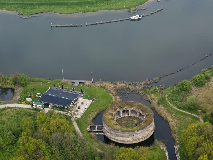 Een prachtige foto van het terras van Restaurant Uitermeer aan de Vecht en naast het fort!