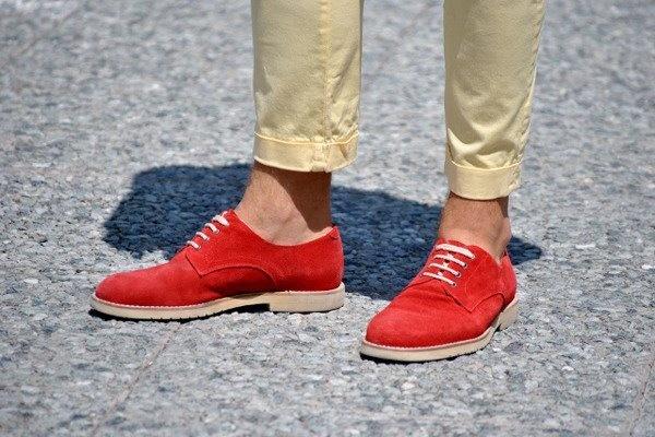 Много вы знаете мужчин, способных на такую выходку в красных ботинках? Мы — нет, а жаль.    Больше деталей в специальном материале «Итальянская диктатура»: http://www.gq.ru/style/features/17416_italyanskaya_diktatura.php    #Details #Shoes #StreetStyle