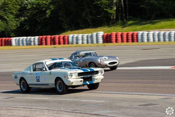 #Ford #Mustang et #Jaguar #E_Type sur la piste de #Dijon_Prenois au #GPAO Article original : http://newsdanciennes.com/2015/06/07/news-danciennes-au-grand-prix-de-lage-dor/ #Racecar #VintageCar #ClassicCar
