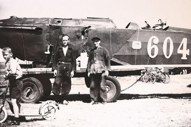 Fokker C.VI '604' van de Luchtvaartafdeling nadat het over de kop ging tijdens een landing op de Vliehors op 27 juli 1938 - links Dirk Zorgdrager rechts Cor Kooij. Fokker C.VI 604 op Vlieland - 1938 | Flickr - Photo Sharing!