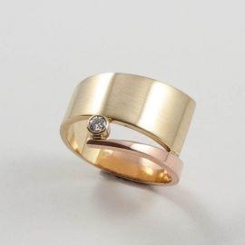 Spiraalring in geelgoud en roodgoud met diamant. Www.hoogenboombogers.com