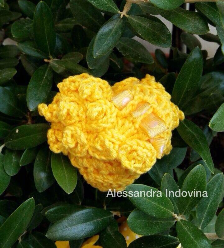 "Cuoricino 3D ""Mimosa"" #freeformcrochet #crochet #uncinetto #fattoamano #handmade #hearts #alessandraindovina"