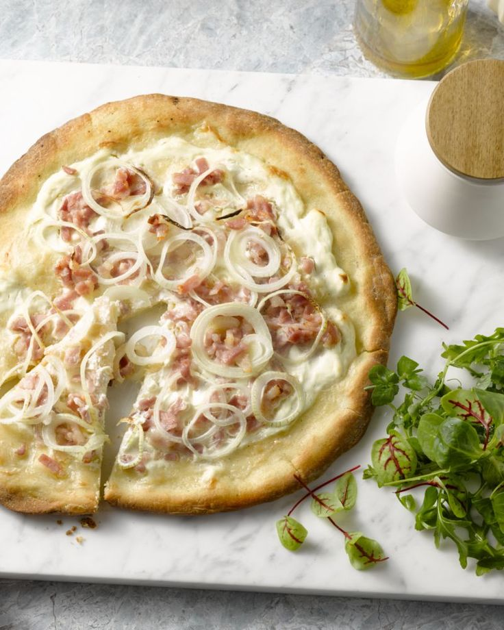 Flammkuchen is een traditioneel gerecht uit de Elzas en lijkt op witte pizza. Deze met spek en uiringen is de basisversie ! Lekker als hapje of voor de lunch.