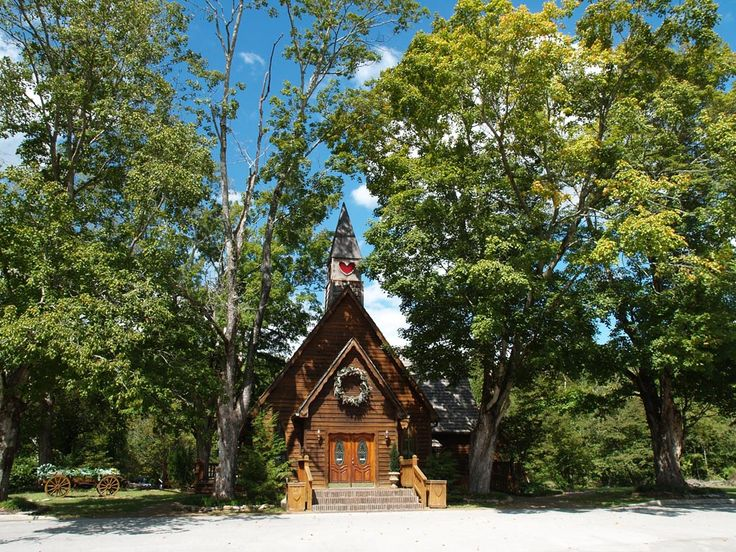 Heartland Wedding Chapel & Weddings in the Smoky Mountains of Townsend TN near Gatlinburg Tennessee. Gatlinburg Wedding Chapel offering Wedding Packages, Romantic Honeymoon Cabin Rentals, Wedding Reception Facility & Catering.