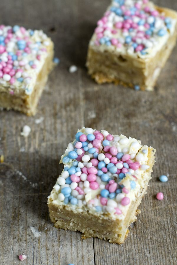 Kraamhapje of hapje voor de babyshower: blondies met noten en muisjes | recept via BrendaKookt.nl